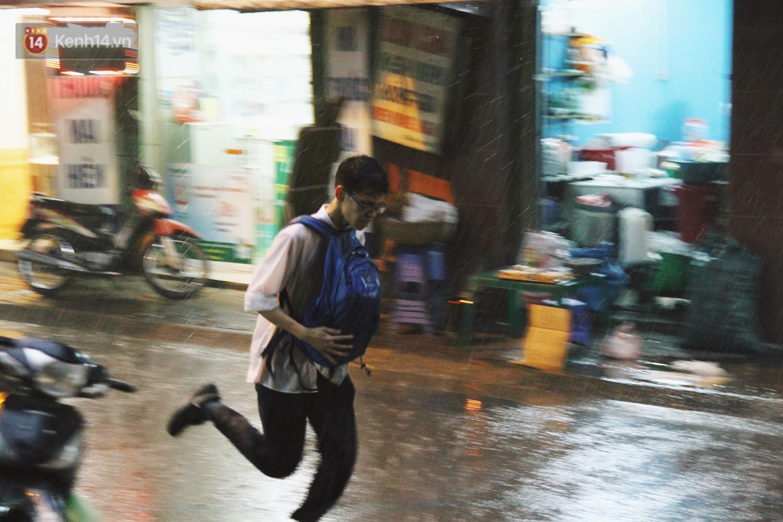 Sau bao ngày nắng nóng đổ lửa, Hà Nội đã có mưa trên diện rộng - Ảnh 10.