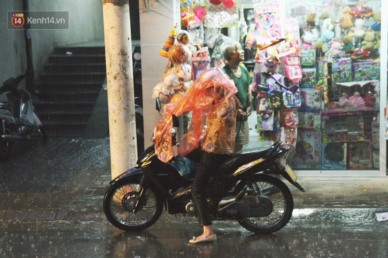 Sau bao ngày nắng nóng đổ lửa, Hà Nội đã có mưa trên diện rộng - Ảnh 11.