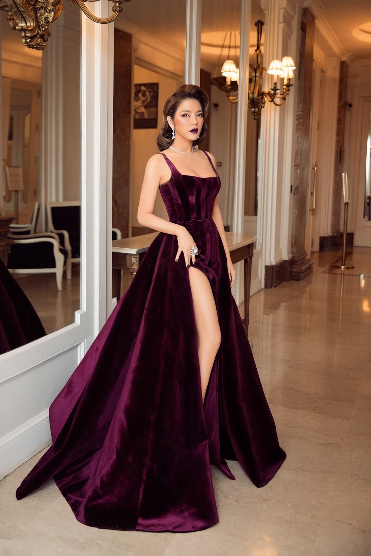 Ngày 3 lên thảm đỏ Cannes, Lý Nhã Kỳ chuyển hẳn sang tông tím từ váy áo đến makeup chuẩn quý cô thập niên 80 - Ảnh 13.