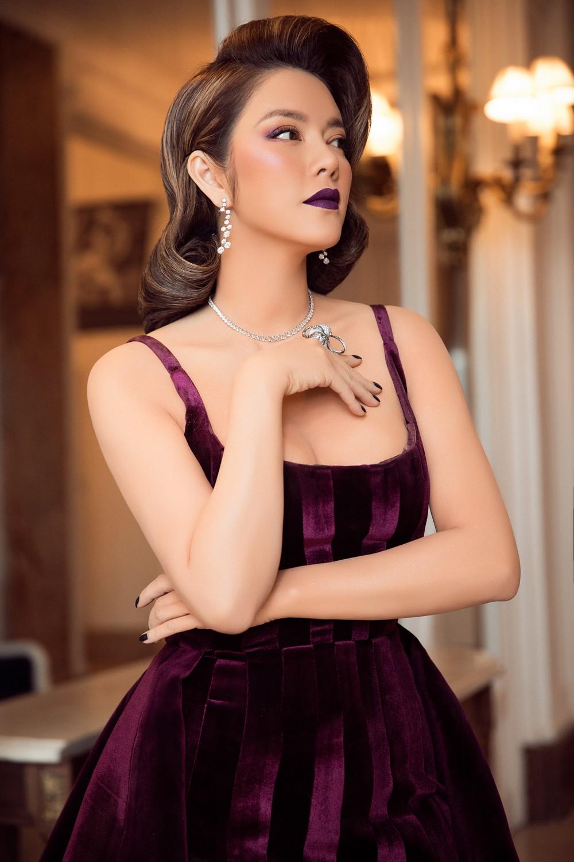 Ngày 3 lên thảm đỏ Cannes, Lý Nhã Kỳ chuyển hẳn sang tông tím từ váy áo đến makeup chuẩn quý cô thập niên 80 - Ảnh 12.