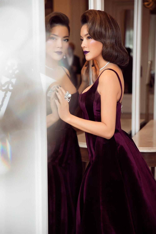 Ngày 3 lên thảm đỏ Cannes, Lý Nhã Kỳ chuyển hẳn sang tông tím từ váy áo đến makeup chuẩn quý cô thập niên 80 - Ảnh 10.