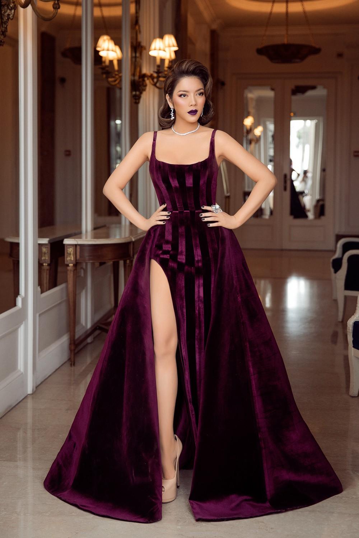 Ngày 3 lên thảm đỏ Cannes, Lý Nhã Kỳ chuyển hẳn sang tông tím từ váy áo đến makeup chuẩn quý cô thập niên 80 - Ảnh 9.
