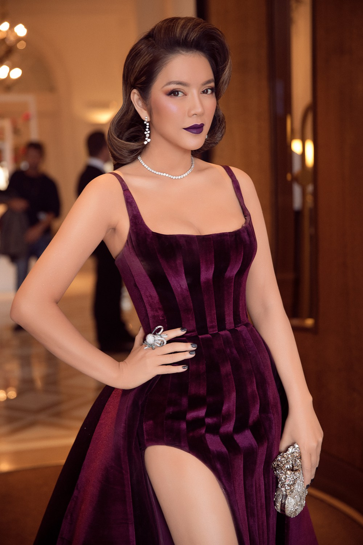 Ngày 3 lên thảm đỏ Cannes, Lý Nhã Kỳ chuyển hẳn sang tông tím từ váy áo đến makeup chuẩn quý cô thập niên 80 - Ảnh 8.