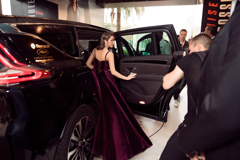 Ngày 3 lên thảm đỏ Cannes, Lý Nhã Kỳ chuyển hẳn sang tông tím từ váy áo đến makeup chuẩn quý cô thập niên 80 - Ảnh 1.
