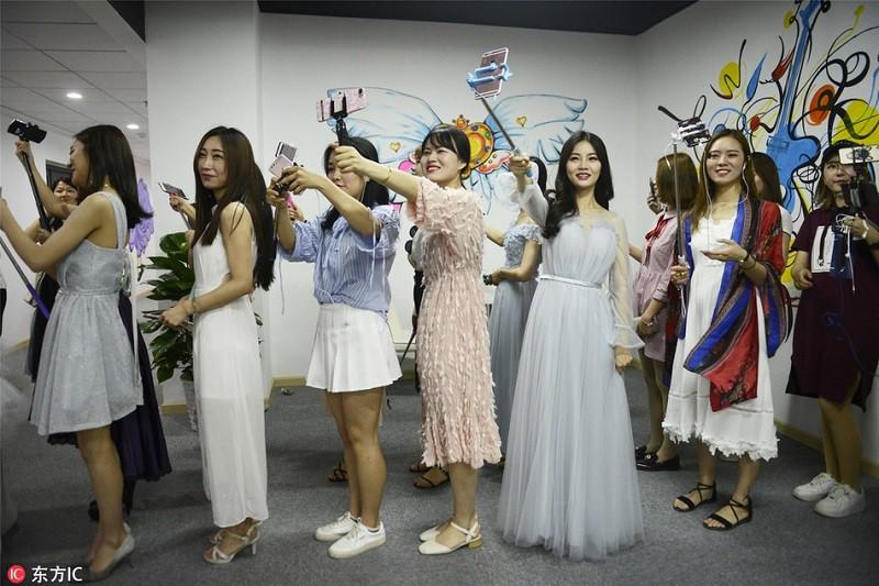 Thăm thú lò đào tạo hotgirl mạng xã hội lớn nhất xứ Hoa: Chả thấy học gì, chỉ thấy selfie - Ảnh 2.