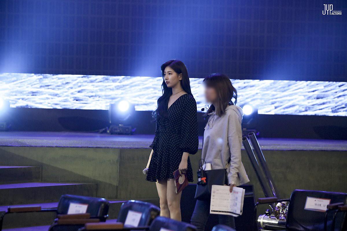 Hình hậu trường nóng hổi của Suzy tại Baeksang: Sải bước ở hầm để xe mà sang như bà hoàng, đẹp hơn cả đi thảm đỏ - Ảnh 3.