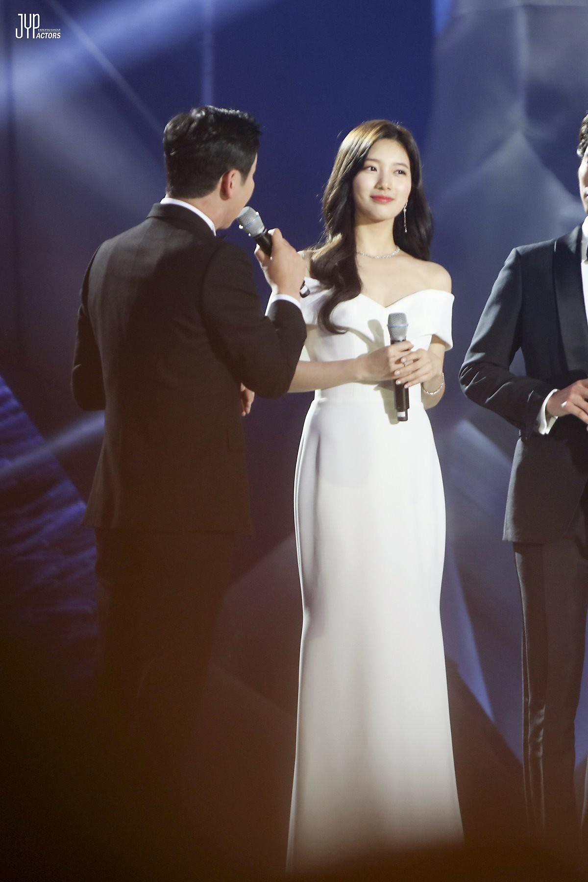 Hình hậu trường nóng hổi của Suzy tại Baeksang: Sải bước ở hầm để xe mà sang như bà hoàng, đẹp hơn cả đi thảm đỏ - Ảnh 12.