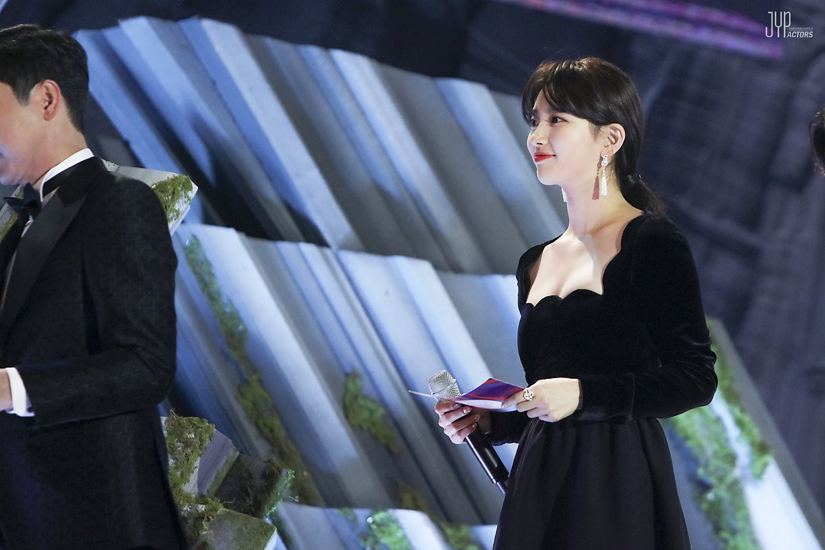 Hình hậu trường nóng hổi của Suzy tại Baeksang: Sải bước ở hầm để xe mà sang như bà hoàng, đẹp hơn cả đi thảm đỏ - Ảnh 15.
