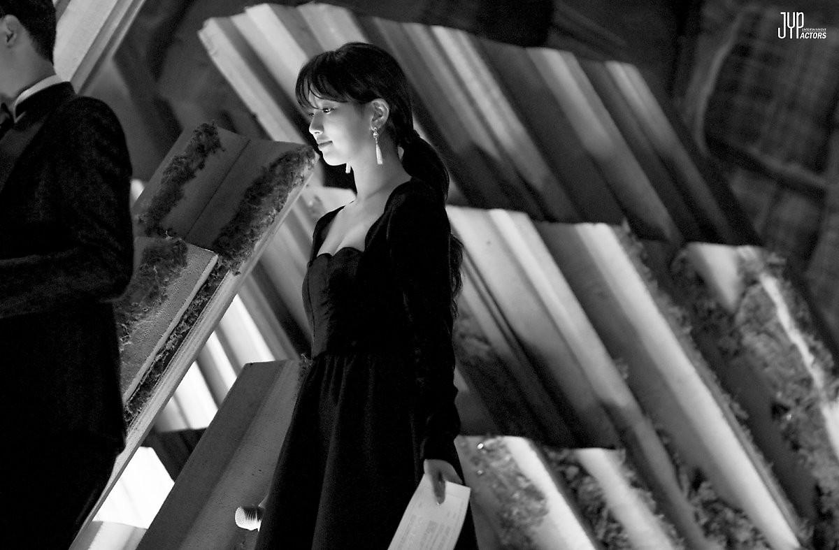 Hình hậu trường nóng hổi của Suzy tại Baeksang: Sải bước ở hầm để xe mà sang như bà hoàng, đẹp hơn cả đi thảm đỏ - Ảnh 16.