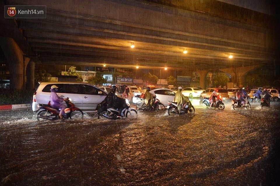 Mưa lớn kéo dài khiến đường phố Hà Nội hóa thành sông, nhiều người khốn đốn vì xe chết máy - Ảnh 3.