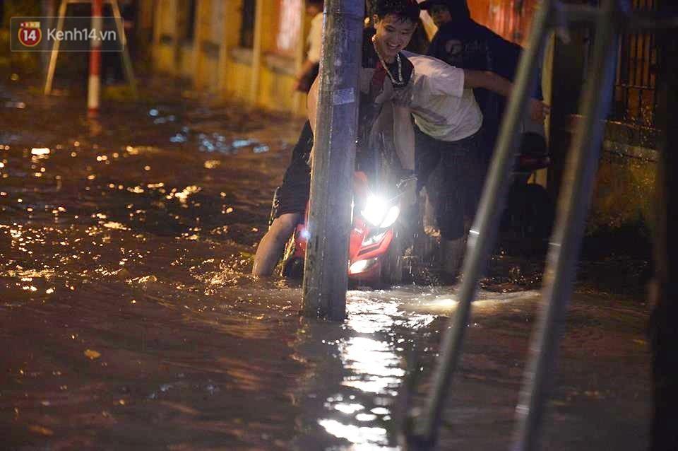 Chùm ảnh: Giao thông qua đường Nguyễn Trãi tê liệt sau cơn mưa lớn như trút nước tối 12/5 - Ảnh 14.
