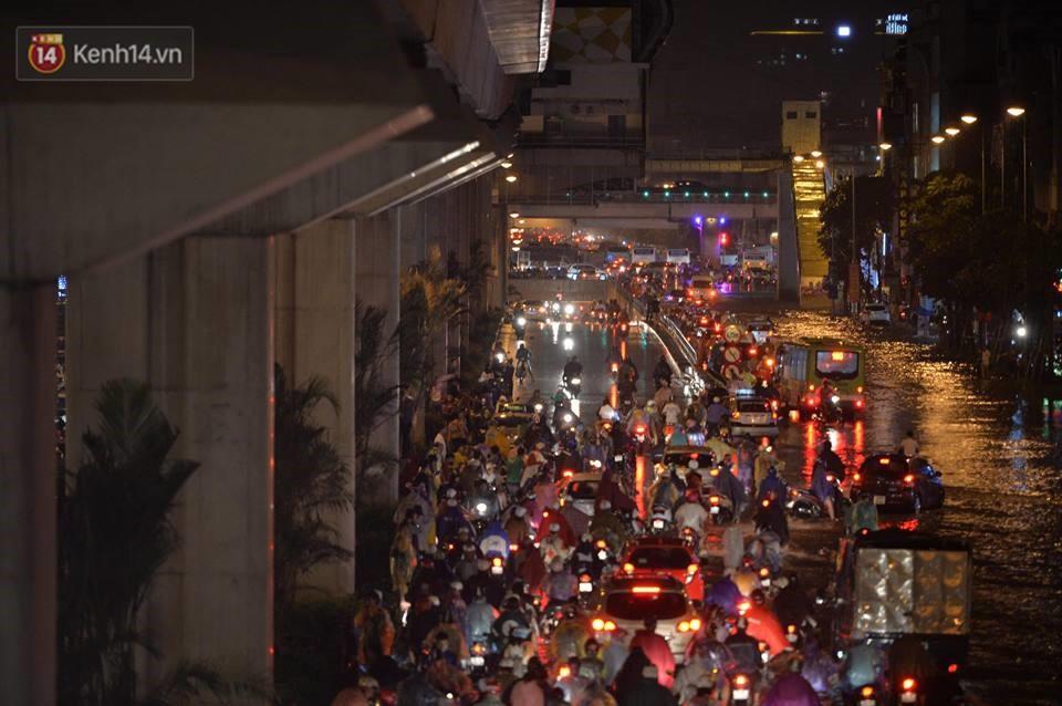 Chùm ảnh: Giao thông qua đường Nguyễn Trãi tê liệt sau cơn mưa lớn như trút nước tối 12/5 - Ảnh 8.