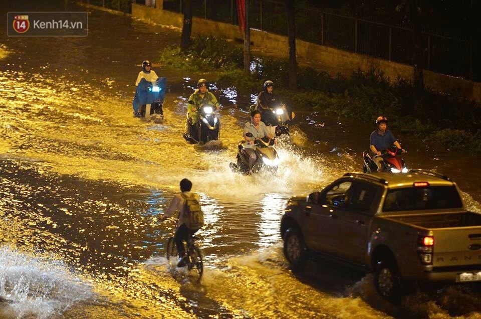 Chùm ảnh: Giao thông qua đường Nguyễn Trãi tê liệt sau cơn mưa lớn như trút nước tối 12/5 - Ảnh 9.