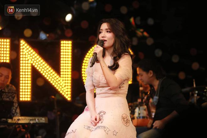 Bích Phương lần đầu hát live Bùa yêu, tiết lộ từng tự cày view tới 5h sáng vì sợ không ai xem MV mới - Ảnh 3.