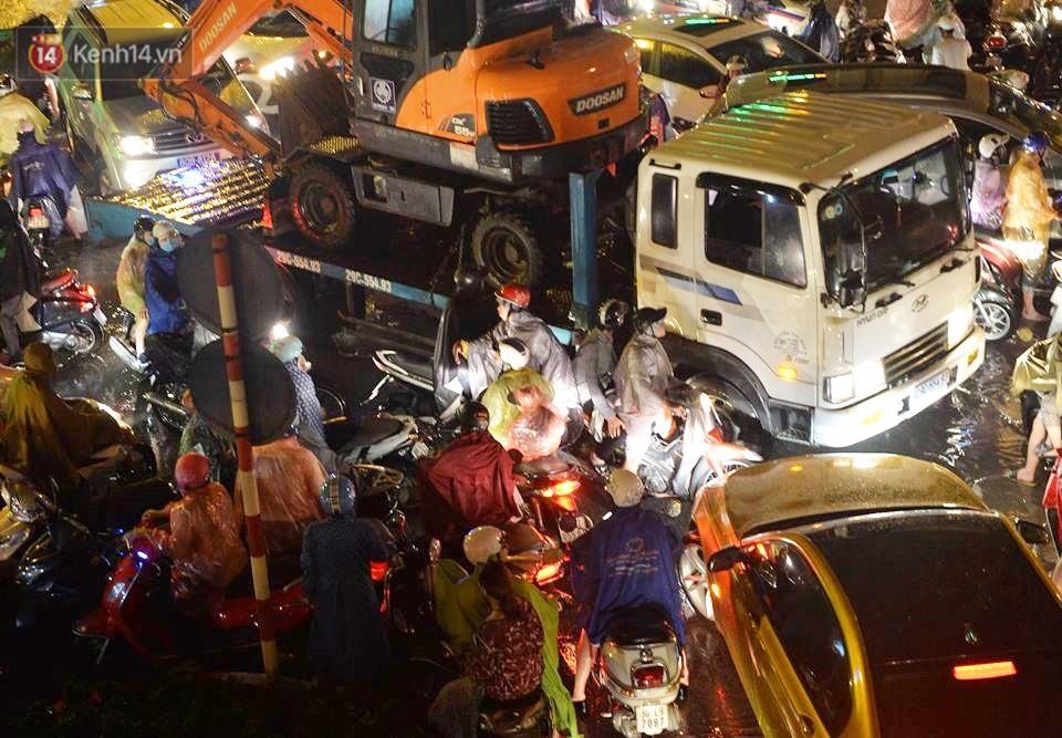 Chùm ảnh: Giao thông qua đường Nguyễn Trãi tê liệt sau cơn mưa lớn như trút nước tối 12/5 - Ảnh 4.