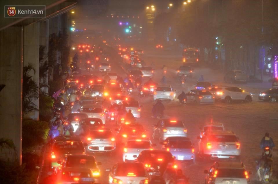 Mưa lớn kéo dài khiến đường phố Hà Nội hóa thành sông, nhiều người khốn đốn vì xe chết máy - Ảnh 7.