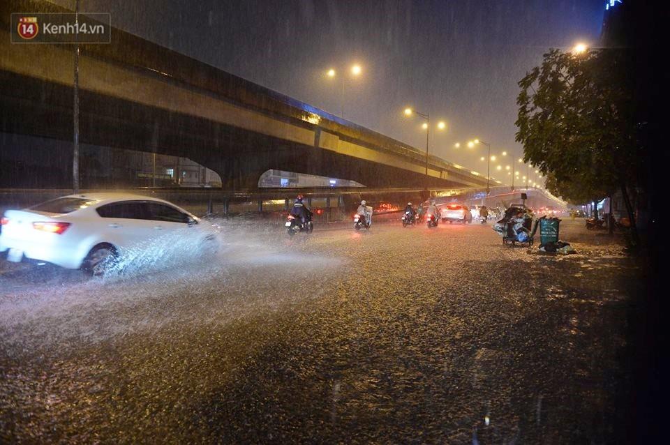 Mưa lớn kéo dài khiến đường phố Hà Nội hóa thành sông, nhiều người khốn đốn vì xe chết máy - Ảnh 9.