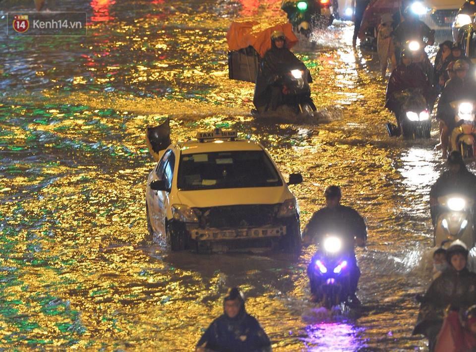 Chùm ảnh: Giao thông qua đường Nguyễn Trãi tê liệt sau cơn mưa lớn như trút nước tối 12/5 - Ảnh 6.