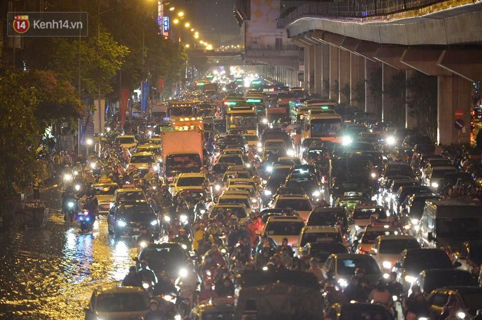 Chùm ảnh: Giao thông qua đường Nguyễn Trãi tê liệt sau cơn mưa lớn như trút nước tối 12/5 - Ảnh 10.
