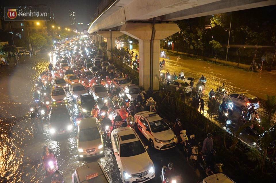 Chùm ảnh: Giao thông qua đường Nguyễn Trãi tê liệt sau cơn mưa lớn như trút nước tối 12/5 - Ảnh 5.