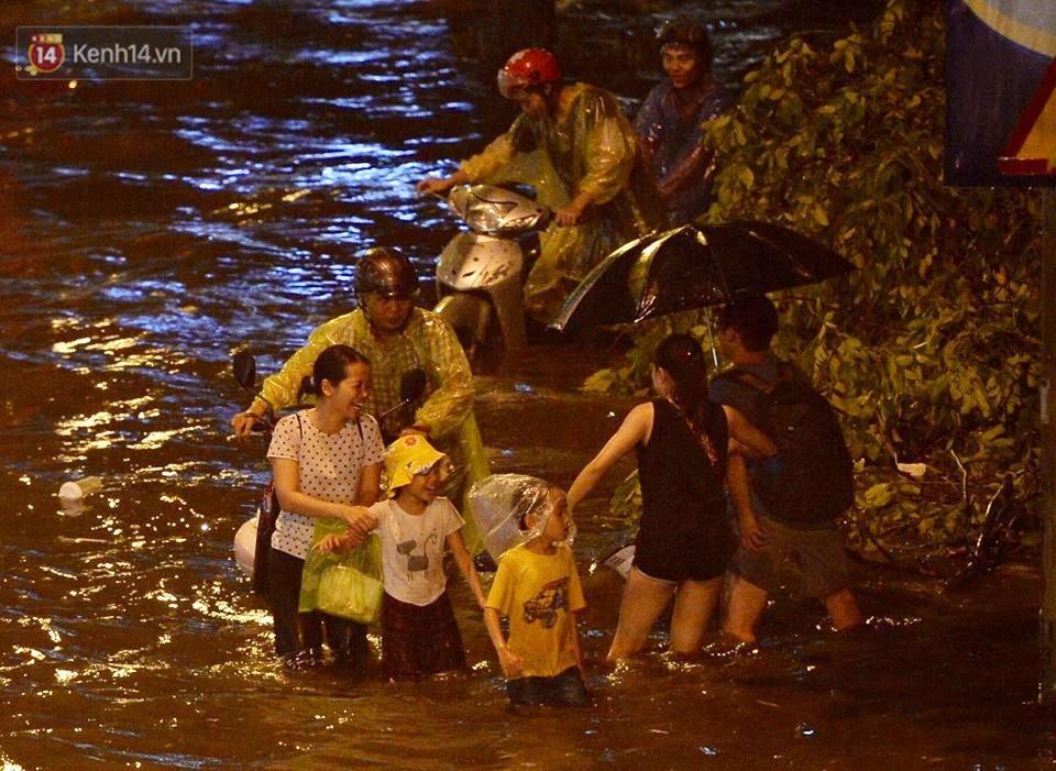 Chùm ảnh: Giao thông qua đường Nguyễn Trãi tê liệt sau cơn mưa lớn như trút nước tối 12/5 - Ảnh 13.