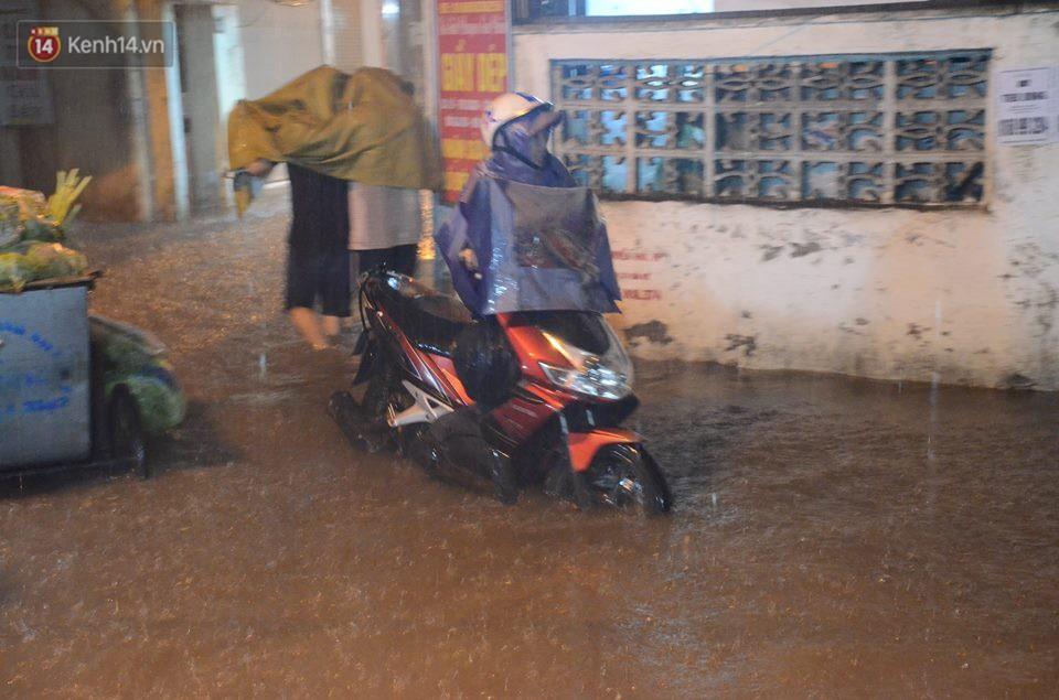 Mưa lớn kéo dài khiến đường phố Hà Nội hóa thành sông, nhiều người khốn đốn vì xe chết máy - Ảnh 11.
