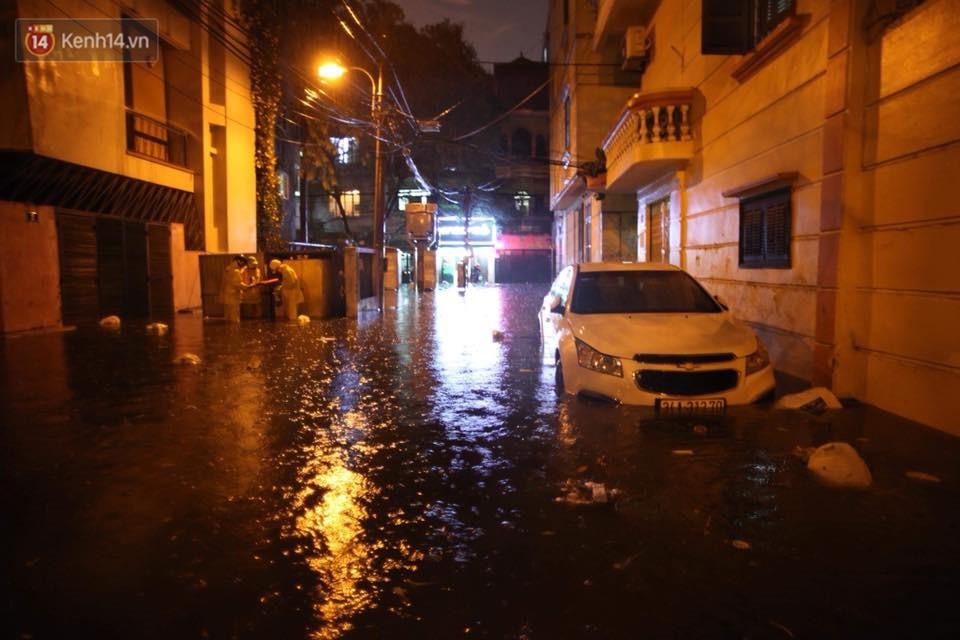 Mưa lớn kéo dài khiến đường phố Hà Nội hóa thành sông, nhiều người khốn đốn vì xe chết máy - Ảnh 16.
