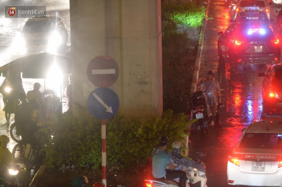 Mưa lớn kéo dài khiến đường phố Hà Nội hóa thành sông, nhiều người khốn đốn vì xe chết máy - Ảnh 8.