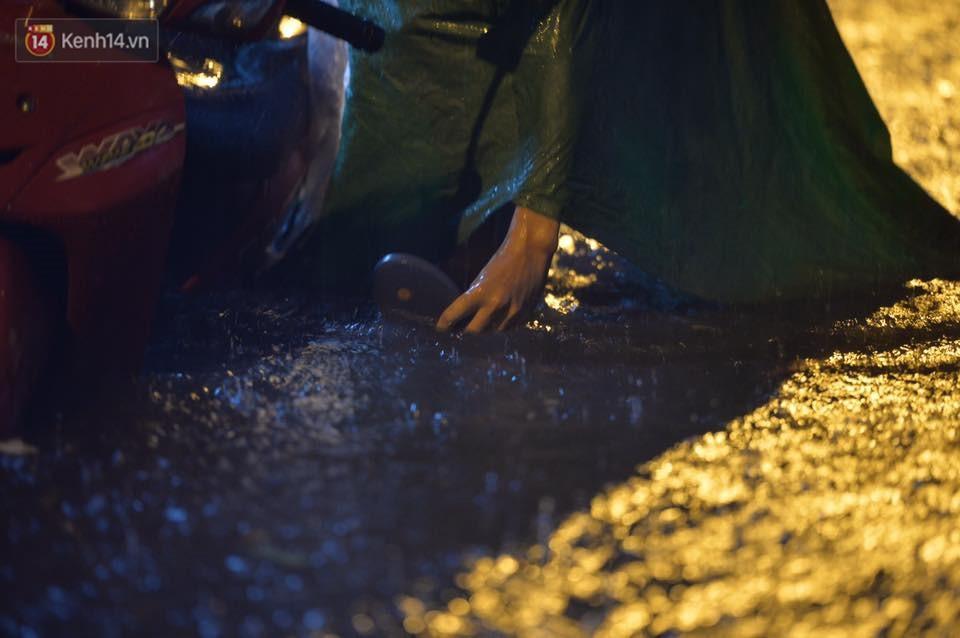 Mưa lớn kéo dài khiến đường phố Hà Nội hóa thành sông, nhiều người khốn đốn vì xe chết máy - Ảnh 18.