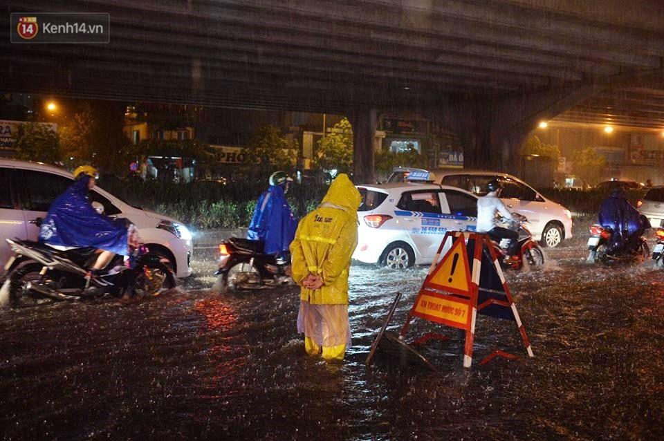 Mưa lớn kéo dài khiến đường phố Hà Nội hóa thành sông, nhiều người khốn đốn vì xe chết máy - Ảnh 6.