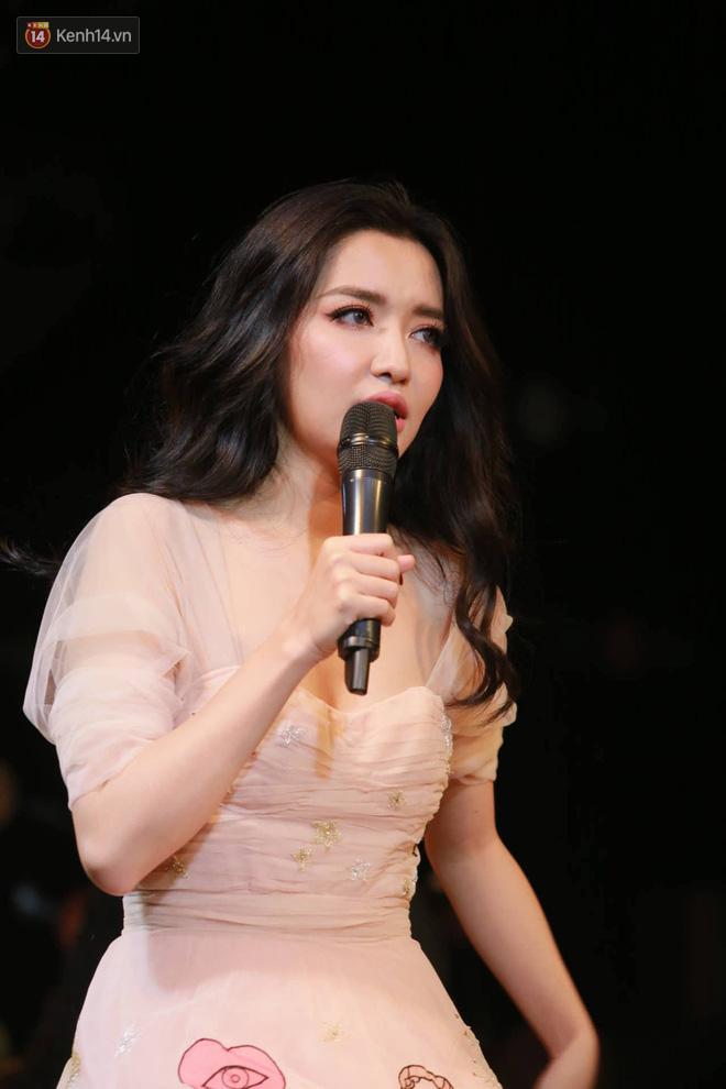 Bích Phương lần đầu hát live Bùa yêu, tiết lộ từng tự cày view tới 5h sáng vì sợ không ai xem MV mới - Ảnh 4.