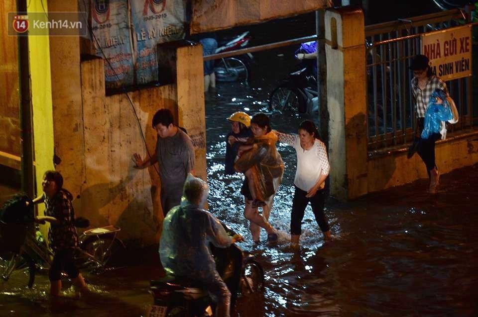 Chùm ảnh: Giao thông qua đường Nguyễn Trãi tê liệt sau cơn mưa lớn như trút nước tối 12/5 - Ảnh 11.