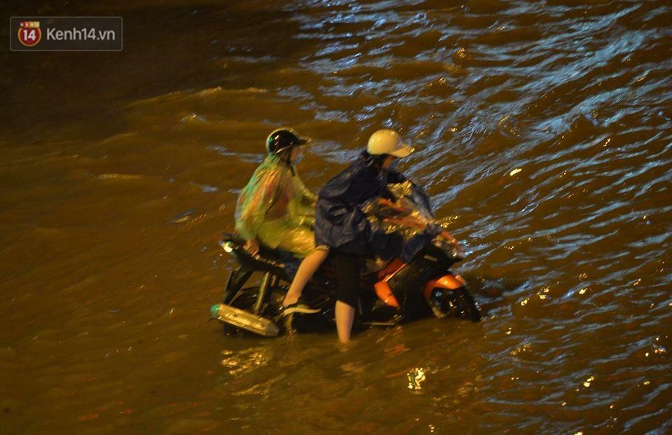 Chùm ảnh: Giao thông qua đường Nguyễn Trãi tê liệt sau cơn mưa lớn như trút nước tối 12/5 - Ảnh 7.