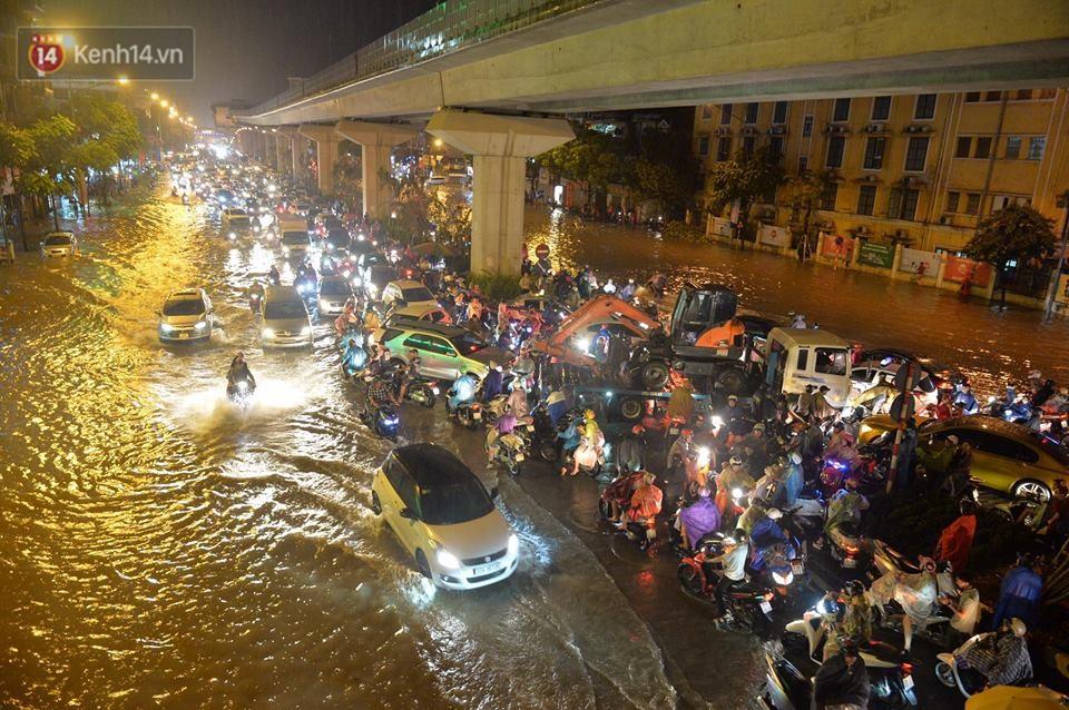 Chùm ảnh: Giao thông qua đường Nguyễn Trãi tê liệt sau cơn mưa lớn như trút nước tối 12/5 - Ảnh 2.