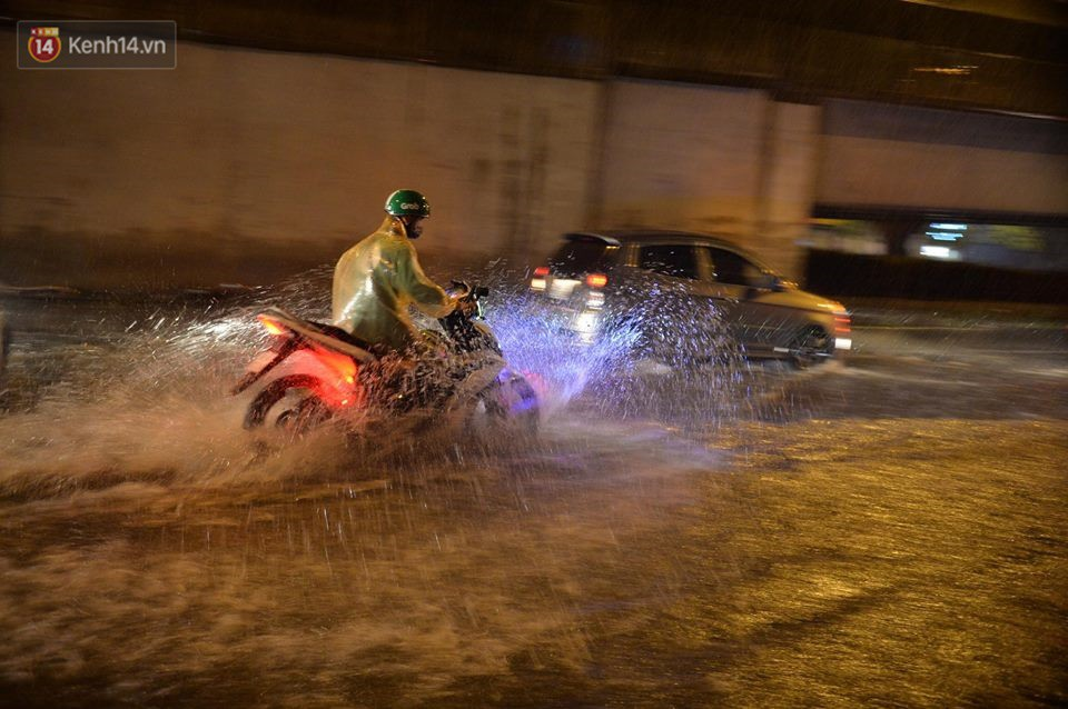 Mưa lớn kéo dài khiến đường phố Hà Nội hóa thành sông, nhiều người khốn đốn vì xe chết máy - Ảnh 12.