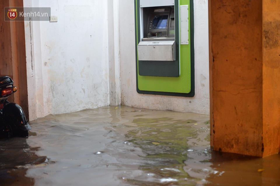 Chùm ảnh: Giao thông qua đường Nguyễn Trãi tê liệt sau cơn mưa lớn như trút nước tối 12/5 - Ảnh 15.