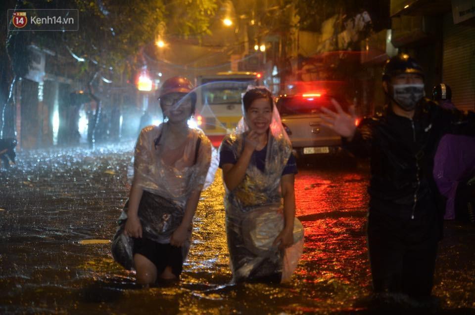 Mưa lớn kéo dài khiến đường phố Hà Nội hóa thành sông, nhiều người khốn đốn vì xe chết máy - Ảnh 19.