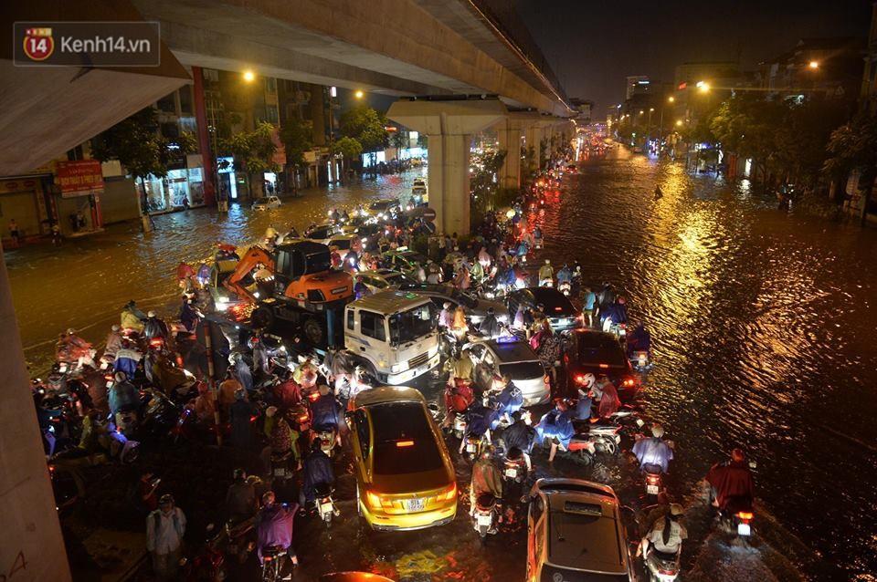 Chùm ảnh: Giao thông qua đường Nguyễn Trãi tê liệt sau cơn mưa lớn như trút nước tối 12/5 - Ảnh 3.