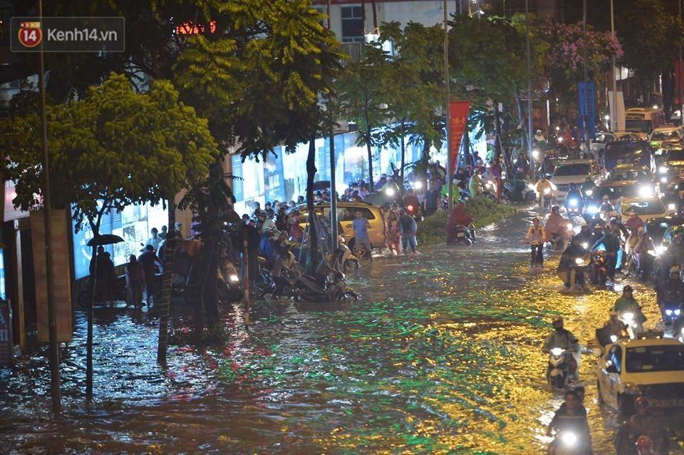 Chùm ảnh: Giao thông qua đường Nguyễn Trãi tê liệt sau cơn mưa lớn như trút nước tối 12/5 - Ảnh 12.