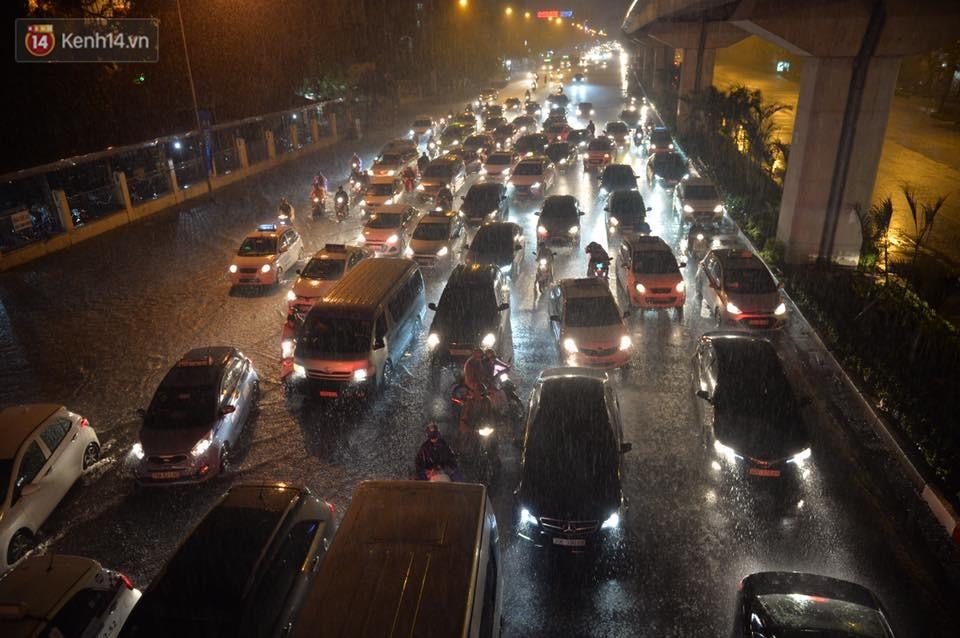 Mưa lớn kéo dài khiến đường phố Hà Nội hóa thành sông, nhiều người khốn đốn vì xe chết máy - Ảnh 5.