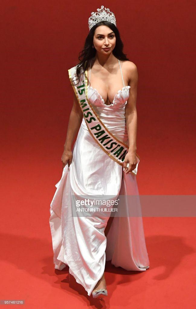 Thêm trò lố tại LHP Cannes: Hoa hậu Pakistan khoe ngực, đeo dải băng và đội vương miện vì sợ không ai nhận ra - Ảnh 2.