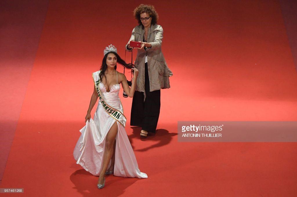 Thêm trò lố tại LHP Cannes: Hoa hậu Pakistan khoe ngực, đeo dải băng và đội vương miện vì sợ không ai nhận ra - Ảnh 3.