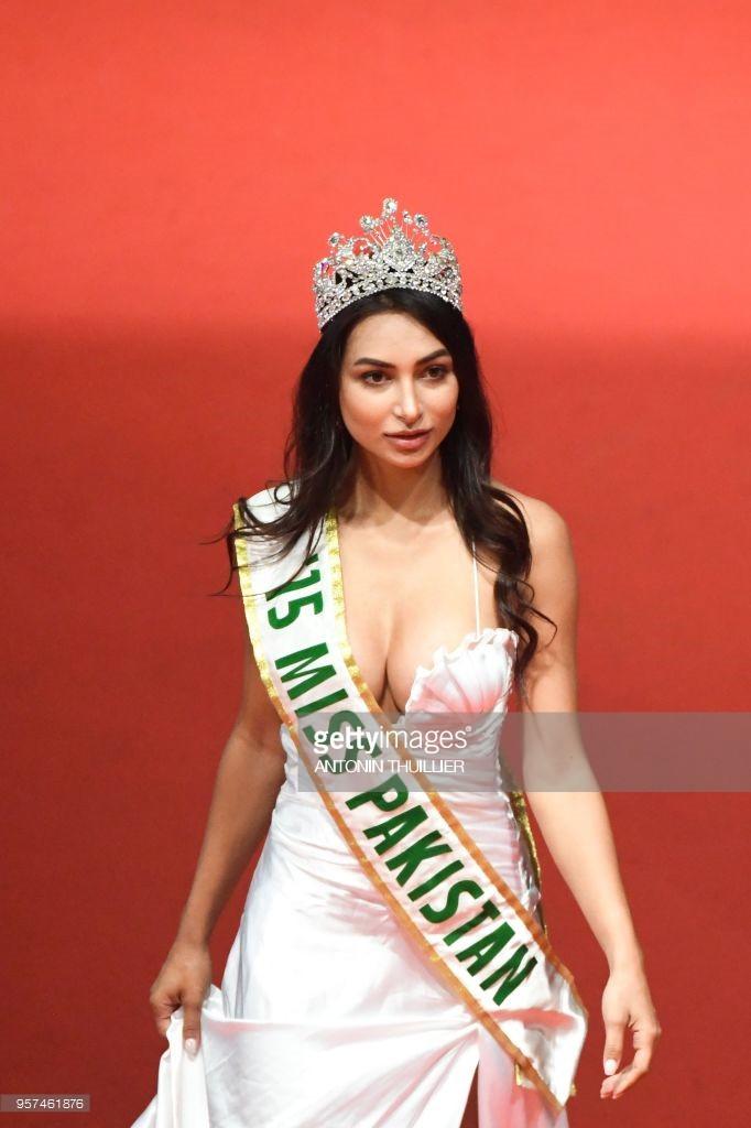 Thêm trò lố tại LHP Cannes: Hoa hậu Pakistan khoe ngực, đeo dải băng và đội vương miện vì sợ không ai nhận ra - Ảnh 1.
