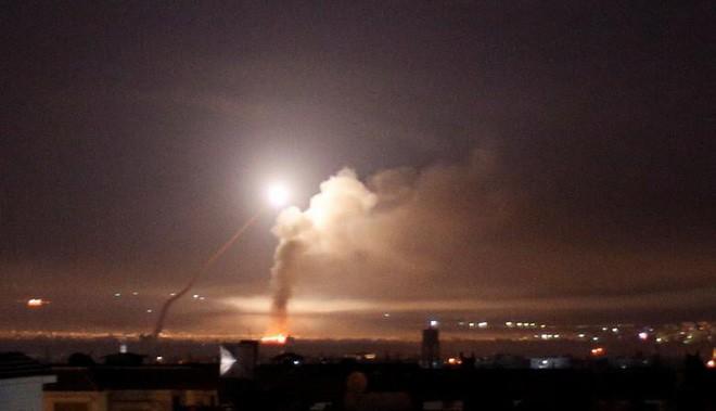 24h qua ảnh: Tro bụi phun trào dữ dội từ núi lửa trên đảo Hawaii - Ảnh 1.