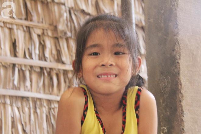 Bé gái 6 tuổi bị bố bỏ rơi vì không phải con trai đã được đi học, có tiền  chăm mẹ tật nguyền nhờ sự giúp đỡ của cộng đồng