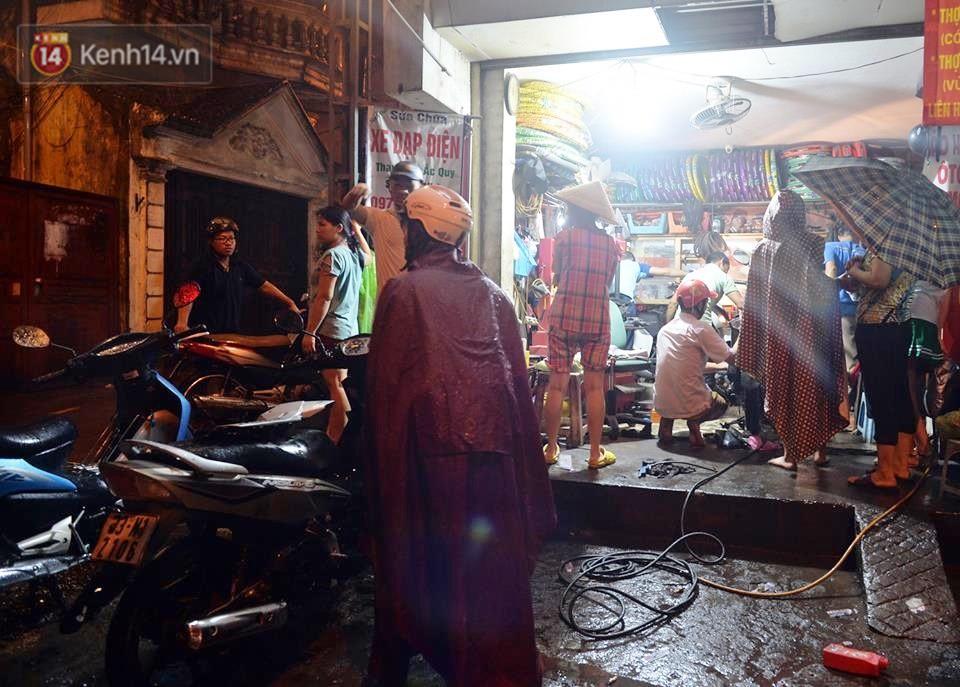Hà Nội: Nửa đêm, hàng chục xe máy bị ngập nước vẫn xếp hàng dài chờ được sửa chữa sau cơn mưa như trút tối 12/5 - Ảnh 4.