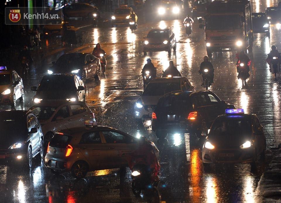 Hà Nội: Nửa đêm, hàng chục xe máy bị ngập nước vẫn xếp hàng dài chờ được sửa chữa sau cơn mưa như trút tối 12/5 - Ảnh 2.