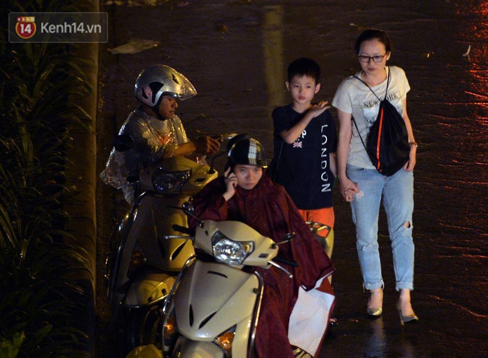 Hà Nội: Nửa đêm, hàng chục xe máy bị ngập nước vẫn xếp hàng dài chờ được sửa chữa sau cơn mưa như trút tối 12/5 - Ảnh 7.