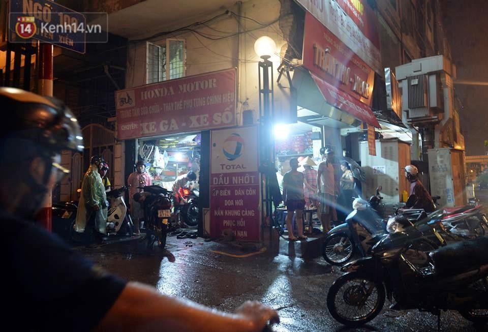 Hà Nội: Nửa đêm, hàng chục xe máy bị ngập nước vẫn xếp hàng dài chờ được sửa chữa sau cơn mưa như trút tối 12/5 - Ảnh 3.