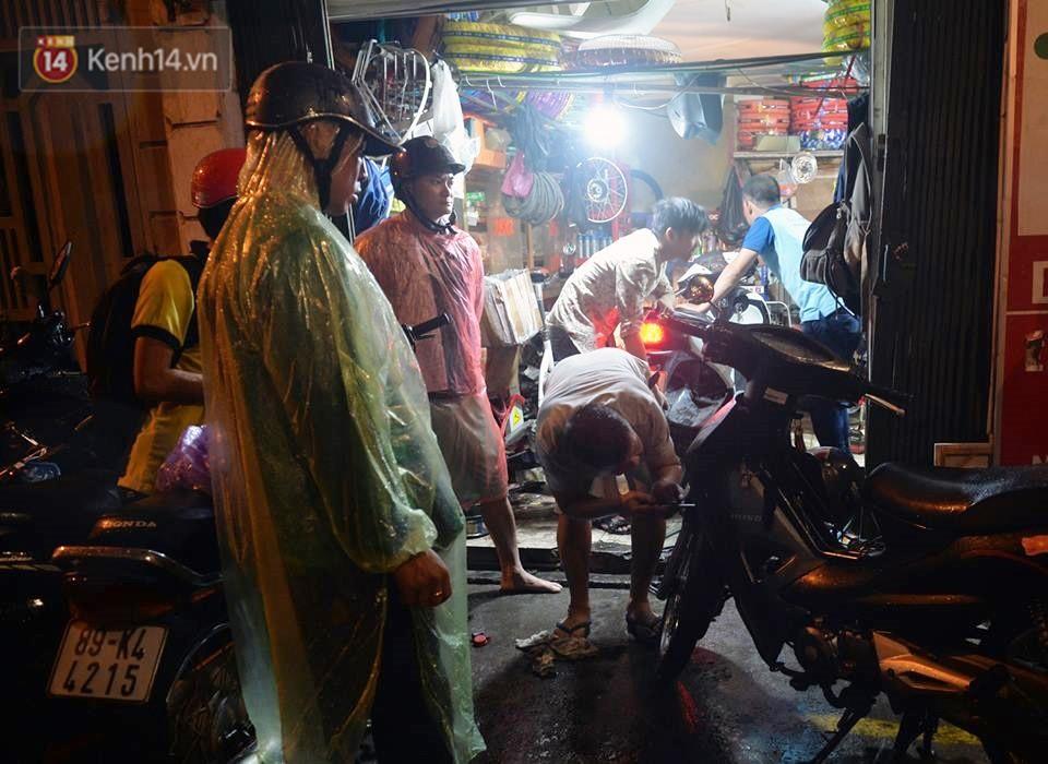 Hà Nội: Nửa đêm, hàng chục xe máy bị ngập nước vẫn xếp hàng dài chờ được sửa chữa sau cơn mưa như trút tối 12/5 - Ảnh 5.